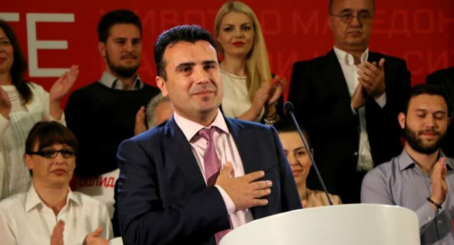 Bloomberg: Η ΠΓΔΜ προσπαθεί να υπερκεράσει το τελευταίο εμπόδιο ένταξης σε ΝΑΤΟ και ΕΕ