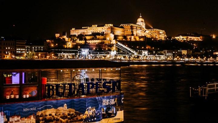 Ανετράπη ποταμόπλοιο με δεκάδες επιβάτες στον Δούναβη
