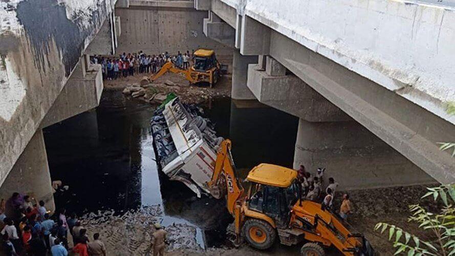 Από πτώση λεωφορείου σε κανάλι στην Ινδία 29 νεκροί