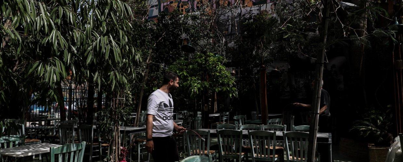 Με τραπεζάκια έξω και νέους κανόνες ανοίγουν εστιατόρια και καφέ (video)