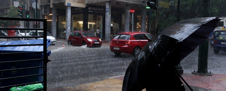 Έντονη βροχόπτωση στο κέντρο της Αθήνας – Προβλήματα στην κυκλοφορία
